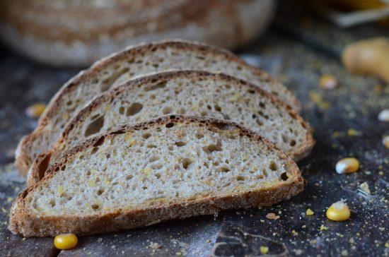 pan con granos de maíz