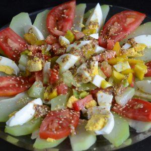 Ensalada e chayotes con huevo y tomate