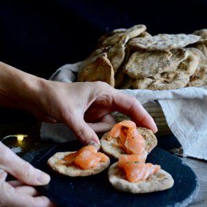 sirviendo tostadas de salmon