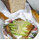 tostasdas de pan con semillas y aguacatae
