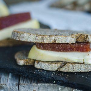 bocadillo de queso con membrillo
